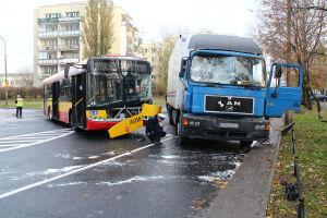 Wypadek autobusu. Pasażer wypadł przez okno