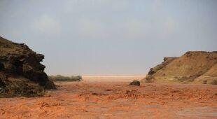 Rzeki błota przelewają się przez Maroko