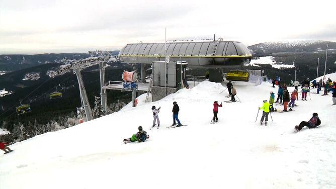 Dużo słońca i ośnieżone stoki. <br />Czarna Góra zaprasza narciarzy