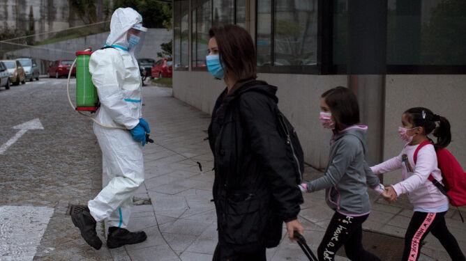 Chronić grupy ryzyka, reszcie pozwolić normalnie funkcjonować. Inna strategia walki z pandemią?